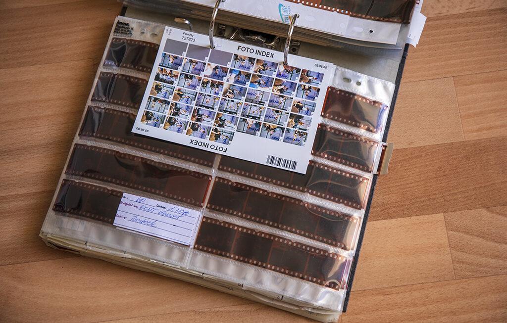 DIN A4 Ordner aufgeschlagen, gefüllt mit Negativhüllen
